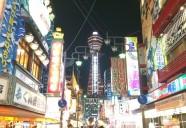 大阪 新世界 串カツの油とたこ焼きのソースの匂いが漂う