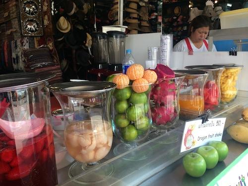 チャトゥチャック市場のウィークエンド・マーケットにて。暑さでバテた身体を癒すのにフレッシュ・フルーツジュースはマスト!